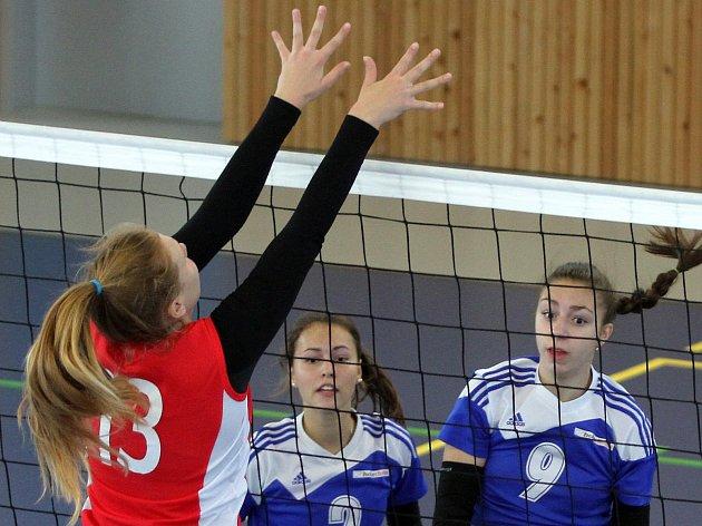 Dvě hladká vítězství vybojovaly kadetky týmu Volejbal Plzeň (na archivním snímku v modrém).