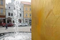 Vyryté nápisy i symboly jsou na kašnách většinou z dřívějška. Po roce si už Plzeňané na zlaté kašny zvykli a výrazně je neničí