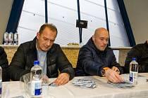 Václav Baďouček (vlevo) s Tomášem Vlasákem  na snímku z autogramiády v rámci oslav 90 let plzeňského hokejového klubu.