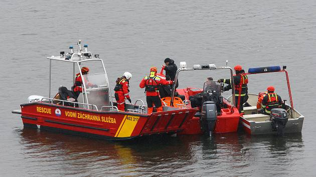 Po muži, se kterým se převrátil člun na Hracholuské přehradě, pátrali v březnu hasiči i potáěči.