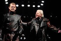 Martin Stránský v titulní roli (vlevo) a Zdeněk Mucha v postavě Banqua na scéně plzeňského Velkého divad- la při zkoušce nové inscenace Shakespearova Macbetha