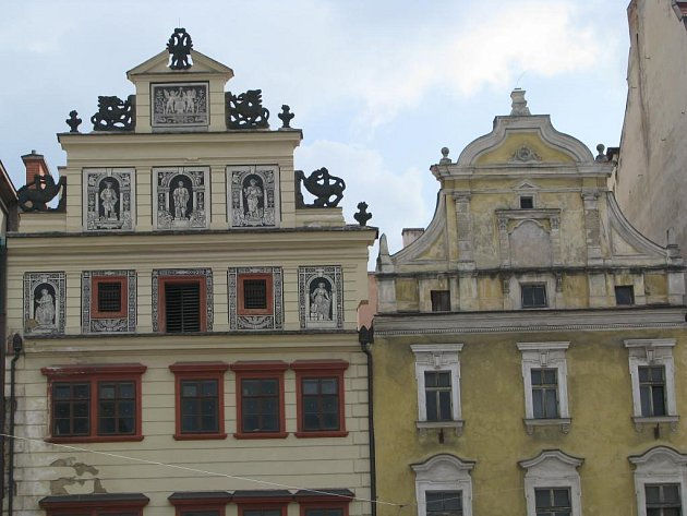 Vlevo  Muzeum loutek, vpravo možná infocentrum
