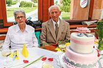 Manželé Eksteinovi se vzali v roce 1945, nyní společně oslavili platinovou svatbu.