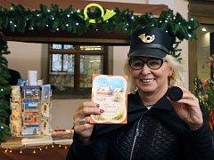 Ježíškova pošta na plzeňské radnici na náměstí Republiky. Zakoupené pohlednice orazítkuje paní poštmistrová speciálním vánočním kulatým razítkem.