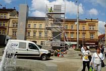 Dělníci natírají pylony památníku Díky, Ameriko! U Práce