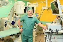 Přednosta Milan Hora říká, že urologické zákroky podstupují muži i ženy.