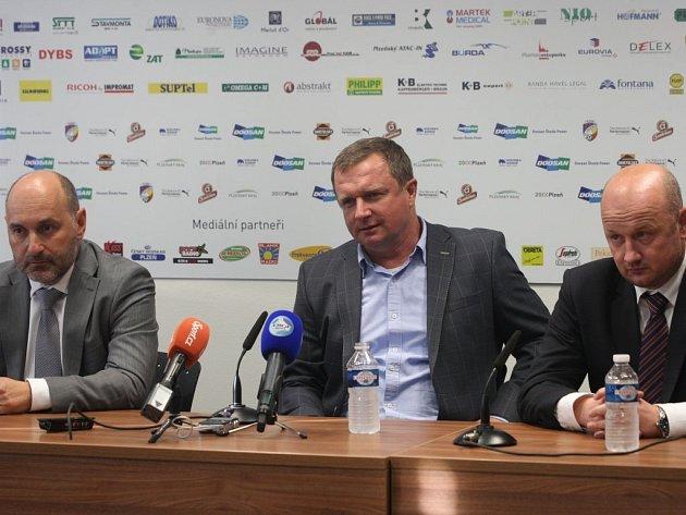 Tisková konference Viktorie Plzeň. Zleva: Tomáš Paclík, Pavel Vrba, Adolf Šádek