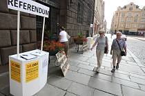 Lidé, kteří nechtějí mít po zbouraném Inwestu obří Corso s obchody a službami, vyrazili na radnici s transparenty