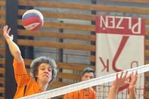 Junioři USK Slavie (v oranžovém) si teprve po velkém úsilí v závěrečných zápasech zajistili účast ve volejbalové  extralize i pro příští ročník této soutěže