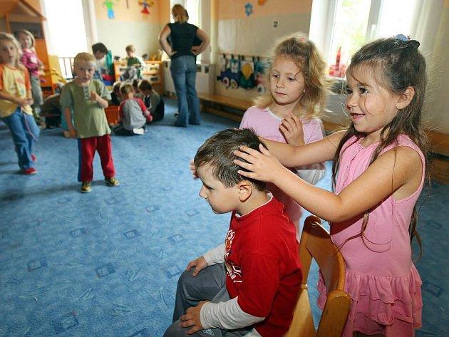 Nejdůležitější je při výskytu vší pravidelná kontrola hlavy. V kolektivu může malé breberky chytit každé dítě, i když si hlavu myje každý den