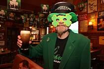 Jiří Stejskal, barman z plzeňského hudebního klubu se připravil na irský svátek dokonale