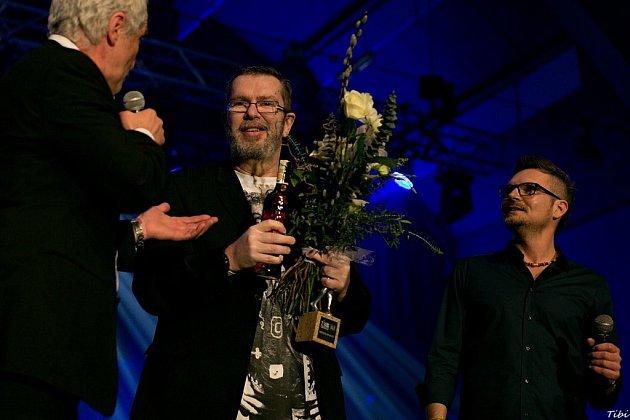 Jarda Hudec (vpravo), ředitel hudebních cen Žebřík, letos vbřeznu na slavnostním vyhlášení vDEPO2015 spolu sRichardem Müllerem.