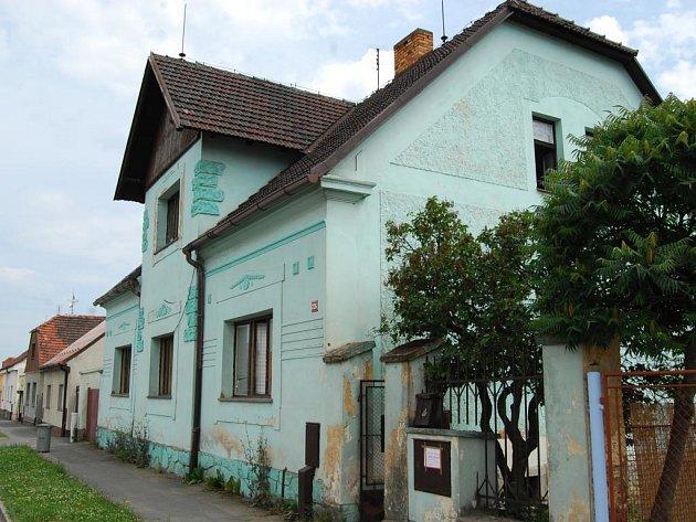 Dům v Chotěšově, který v červnu obsadili kriminalisté. Vietnamci v něm pěstovali konopí