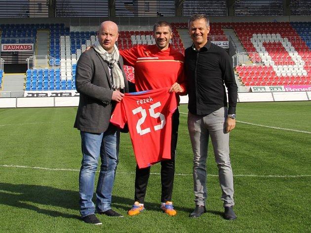 Jan Rezek (uprostřed)