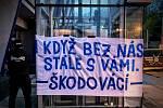 Fanoušci se vzhledem k platným restrikcím do hlediště arén při zápasech nedostanou, a tak svůj tým podporují alespoň na dálku. Na snímku jeden ze vzkazů pro hokejisty Škody Plzeň.