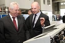 Ředitel Josef Bernard (vpravo) areál Škodovky v polovině května ukázal i prezidentu Miloši Zemanovi