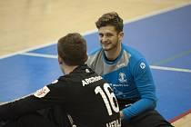 Karel Šmíd (v modrém) v hovoru se svým gólmanským kolegou Filipem Herajtem.