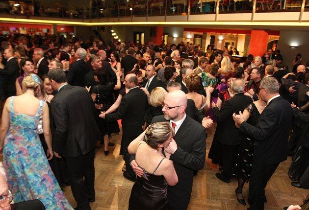 Krajského plesu se v Plzni zúčastnilo kolem devíti set lidí.