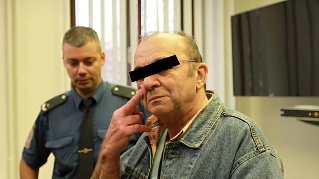 Sedmašedesátiletý Milan A. po příchodu do jednací síně.