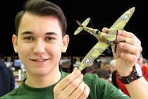 Osmnáctiletý Petr Němec z Mariánských Lázní získal loni za model letadla Supermarine Spitfire Mk IX. (na snímku) na mistrovství republiky mládeže druhé místo