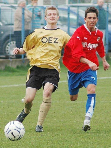 Záložník Viktorie Plzeň Milan Petržela (vpravo) nemohl kvůli kartám nastoupit v první lize proti Olomouci, a pomáhal tak B týmu proti Letohradu.