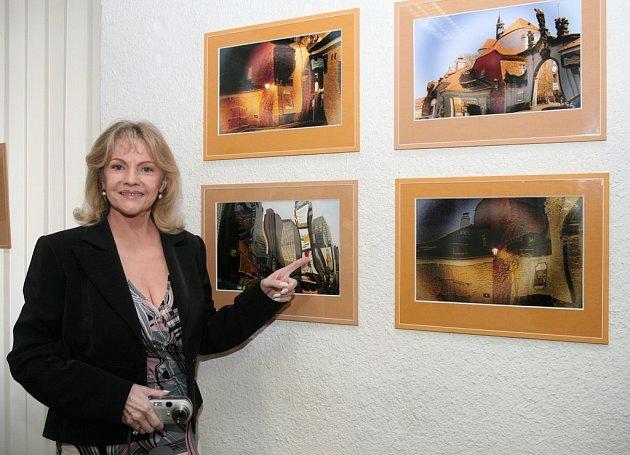 Zpěvačka Eva Pilarová se na vernisáži svých fotoobrázků v plzeňské galerii U svaté Anny vytasila i s digitálním fotoaparátem, kterým  pořizuje svá dílka.