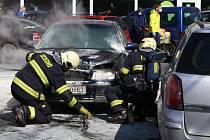 Hasiči zasahovali u požáru auta u OC Luna na Borech.