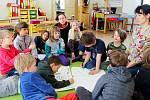 Děti ze školy Pivoňka s Janou Jakubíčkovou (vpravo) a Kateřinou Kroupovou vymýšlejí jarní jarmark.