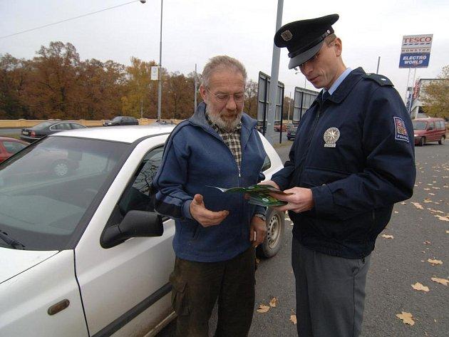 Policejní mluvčí Jaroslav Ibehej včera rozdával informační letáčky a ochotně odpovídal i na dotazy Plzeňanů, kteří o dušičkách zamířili na hřbitovy