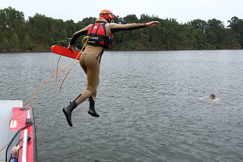 11 – Záchranář vstupuje do vody tzv. kročným způsobem, tak aby byla jeho hlava nad hladinou a neustále udržoval vizuální kontakt se zachraňovaným.