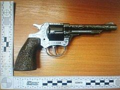 Maketa revolveru, kterou měl lupič v ruce.