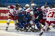 Nesmlouvavý boj o každou píď ledu, jako na snímku ze vzájemného souboje Plzně s Olomoucí v závěru základní části, se dá očekávat také v nadcházejícím předkole play-off.