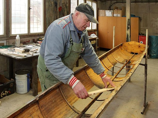 Aleš Verner při restaurování čtyřkajaku