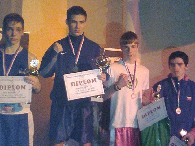 Teprve šestnáctiletá plzeňská boxerská naděje Jakub Korbel z oddílu BC Star (v bílém) vybojoval na mistrovství republiky juniorů v Děčíně třetí místo
