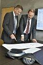 Uwe Hengstermann (vlevo) a Lubor Šabacký v kanceláři společnosti v sídle firmy v Rokycanech