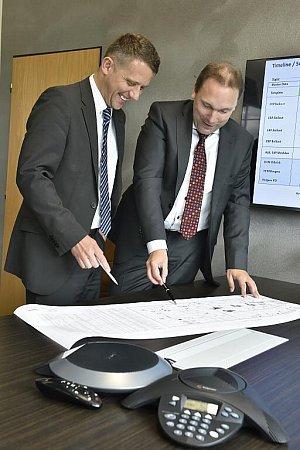 Uwe Hengstermann (vlevo) a Lubor Šabacký vkanceláři společnosti vsídle firmy vRokycanech