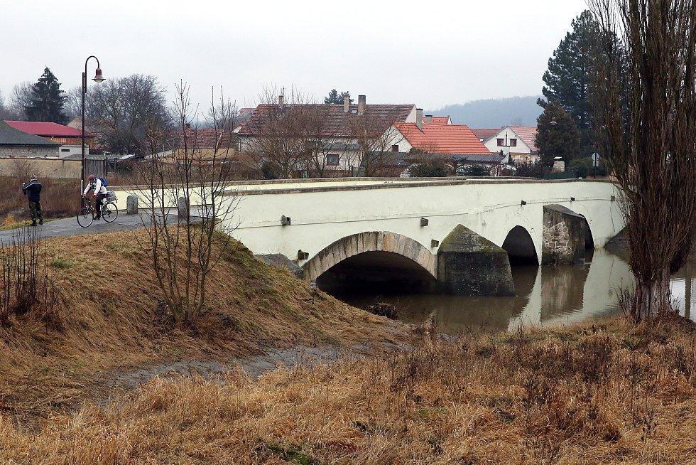 zvednutá hladina řeka Radbuza starý kamenný most
