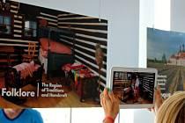 Nehybné fotografie v českém výstavním pavilonu díky tabletům návštěvníkům doslova ožívají před očima.