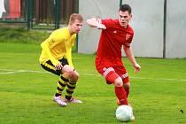 TJ Sokola Lhota (hráči ve žlutých dresech) na archivních snímcích.