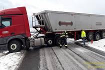 Kamion zablokoval silnici u Třemošné.