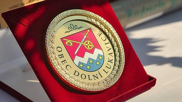 Za dlouholetou činnost pro obec udělil starosta Vítězslav Opálko u příležitosti znovuotevření obecního domu v červenci letošního roku pamětní medaili devíti lidem.