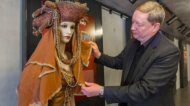 Výstava Jak se dělá divadelní kostým. Na snímku Jan Prýmek.