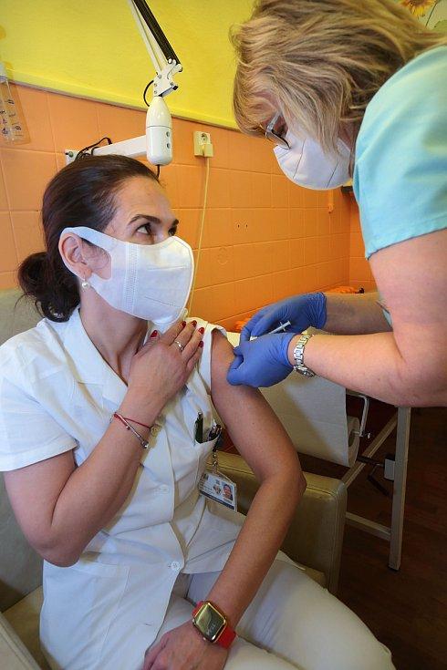 Primářka infekční kliniky Jana Váchalová při očkování proti covidu