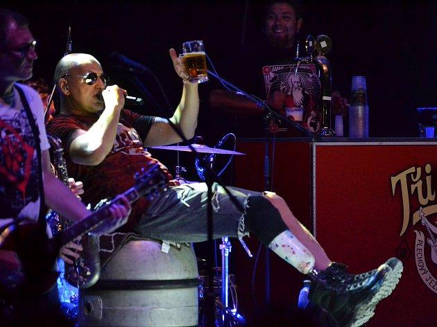 Lídr kapely Tři sestry na pódiu s půllitrem piva. Na koncertech Tří sester nechybí výčep na pódiu. Pivo z něj konzumují nejen muzikanti, ale někdy se dostane i na posluchače v prvních řadách.