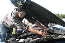 Jan Šabata z Rokycan právě připravuje své auto značky Ford k tomu, aby se mohl předvést divákům i porotě