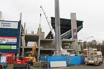 Stavba severní věže stadionu Doosan Arena má skončit na jaře příštího roku. Poté začne stavba  jižní věže, která bude hotová na konci roku 2016.