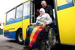 """Vozíčkáři si mohli vyzkoušet  novější autobusy, které bude firma používat na příměstský provoz , i """"výletní"""" karosy"""