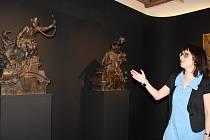 Eva Bendová u bronzových soch Bohuslava Schnircha z roku 1899 – Hašení požáru a Volání na poplach. Byly určeny k výzdobě fasády Pražské městské pojišťovny. Zapůjčila je Národní galerie v Praze