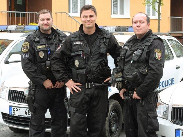 Zleva Josef Kolena, Libor Cibulka a Jiří Linhart, strážníci motorizované hlídky MPP, byli oceněni za záchranu života.