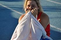 Kateřina Skypalová jako by nevěřila, že je evropskou šampionkou v kategorii dorostenek. Na snímku ze závodu v Tbilisi drží českou vlajku.